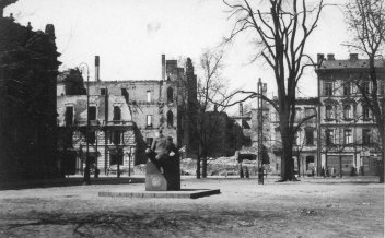 peowiak_monument_in_warsaw_1940